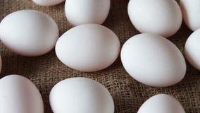 Grandes ovos crus brancos frescos filme