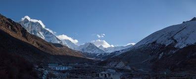 Grandes paisajes panorámicos del Himalaya en el valle de Khumbu Fotografía de archivo libre de regalías