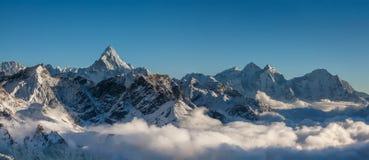 Grandes paisajes panorámicos del Himalaya en el valle de Khumbu Fotos de archivo libres de regalías