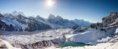 Grandes paisajes panorámicos del Himalaya en el valle de Khumbu Imagenes de archivo