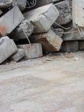 Grandes pedaços concretos com metal e construção industrial torcidos Imagem de Stock