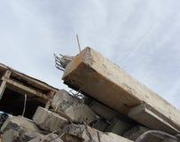 Grandes pedaços concretos com metal e construção industrial torcidos Imagens de Stock