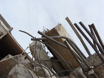 Grandes pedaços concretos com metal e construção industrial torcidos Imagem de Stock Royalty Free