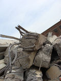 Grandes pedaços concretos com metal e construção industrial torcidos Foto de Stock Royalty Free