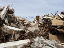 Grandes pedaços concretos com metal e construção industrial torcidos Fotos de Stock