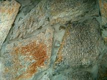 Grandes pedras da cor no concreto Fotos de Stock