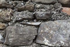 Grandes pedras de um marrom velho da parede de pedra Paredes de alvenaria clássicas de castelos medievais em Europa Imagem de Stock Royalty Free