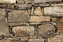 Grandes pedras de um marrom velho da parede de pedra Paredes de alvenaria clássicas de castelos medievais em Europa Fotografia de Stock