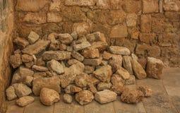 Grandes pedras empilhadas e envelhecidas fotografia de stock