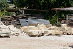 Grandes pedras empilhadas nas pilhas a ser usadas para construir a casa Fotos de Stock Royalty Free