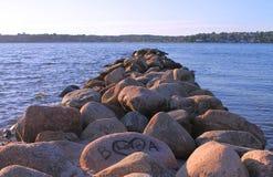 Grandes pedras pela praia no por do sol e no lovers& x27; inscrição em uma pedra Foto de Stock Royalty Free