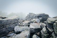 Grandes pedregulhos na névoa na cimeira de Blackrock, em Shenandoah Nationa foto de stock