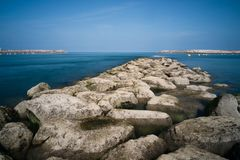 Grandes pierres à la baie d'océan image stock