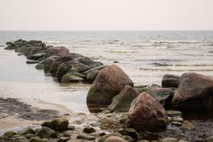 Grandes pierres de mer dans le golfe Photo stock