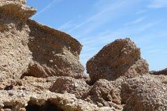 Grandes pierres en détail avec le ciel bleu Photo stock