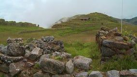 Grandes pierres et hautes collines banque de vidéos