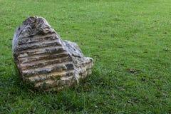 Grandes pierres placées sur la pelouse Photos stock