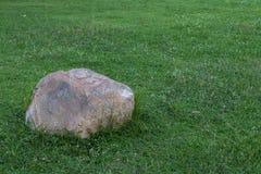 Grandes pierres placées sur la pelouse Photographie stock