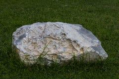 Grandes pierres placées sur la pelouse Image libre de droits