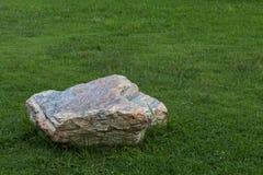Grandes pierres placées sur la pelouse Photo stock