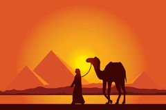 Grandes pirâmides de Egito com a caravana do camelo no fundo do por do sol Imagem de Stock Royalty Free