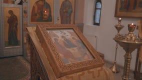 Grandes planos do estabilizador de locais internos de uma capela cristã vídeos de arquivo