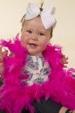 Grandes plumes de rose de sourire de bébé Image libre de droits