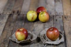Grandes pommes rouges dans une boîte en bois foncée Caisse en bois et pommes dessus Images stock