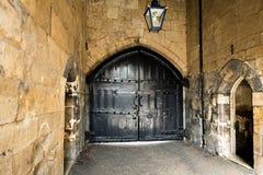 Grandes portas de madeira pretas antigas na torre de Londres Imagens de Stock