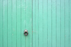 Grandes portas de madeira verdes com punho Fotos de Stock