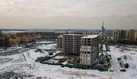 Grandes prédios de apartamentos sob a construção em um dia de inverno no por do sol Imagens de Stock