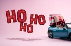 Grandes presentes do Natal em um carro Balões da decoração ilustração royalty free