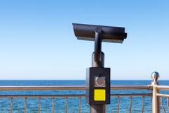 Grandes, publicamente binóculos acessíveis para explorar a área pelo mar fotografia de stock