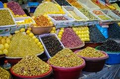 Grandes quantidades de azeitonas pyramidically empilhadas para a venda no mercado ou soukh de C4marraquexe, Marrocos Fotografia de Stock