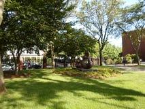 Grandes quatro remendam a figura de reclinação escultura por Henry Moore, Lamont Library, jarda de Harvard, Universidade de Harva Imagens de Stock