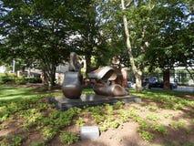Grandes quatro remendam a figura de reclinação escultura por Henry Moore, Lamont Library, jarda de Harvard, Universidade de Harva Fotografia de Stock