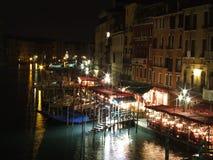 Grandes restaurantes de la orilla del agua de Venecia del canal por noche Fotografía de archivo