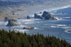 Grandes rochas ao longo da costa de Oregon Fotografia de Stock