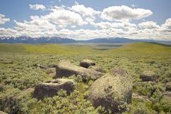 Grandes rochas e montanhas no vale centenário perto de Lakeview, TA Fotografia de Stock