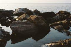 Grandes rochas no mar Fotografia de Stock