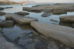 Grandes rochas no oceano na água imagem de stock