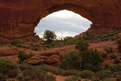 Grandes rochas que pontilham a paisagem imagens de stock