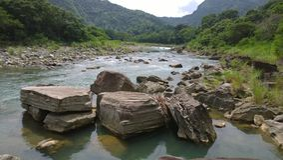 Grandes roches de rivière images libres de droits