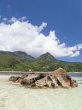 Grandes roches en mer Images libres de droits