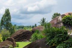 Grandes roches et herbe Photographie stock libre de droits