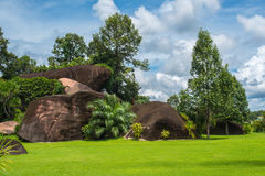 Grandes roches et herbe dans le ciel bleu Photo libre de droits