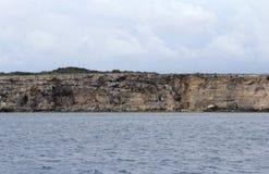Grandes roches et mer Méditerranée, lagune bleue, Gozo, République de Malte Photographie stock libre de droits