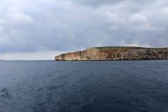 Grandes roches et mer Méditerranée, lagune bleue, Gozo, République de Malte Photo libre de droits