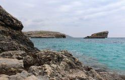 Grandes roches et mer Méditerranée, lagune bleue, Gozo, République de Malte Image stock