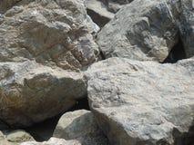 Grandes roches grises sur la côte italienne images stock